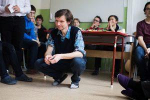 František Tichý na ranním společném shromáždění celé školy.