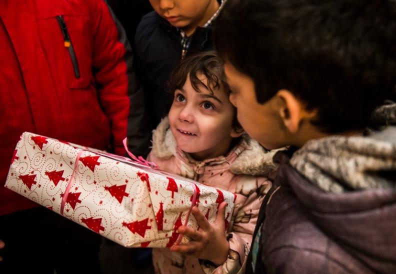 Takhle se loni předávaly dárky dětem ze sociálně vyloučených lokalit ústeckých Předlic.