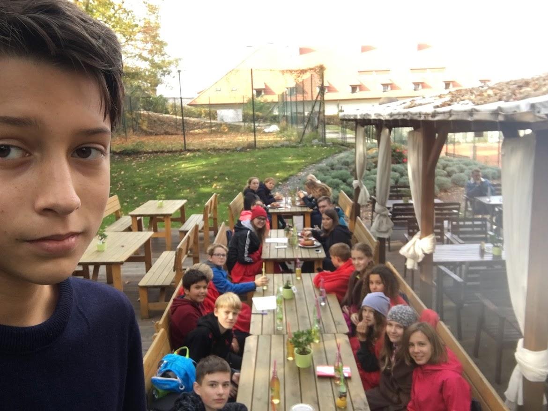 Snídaně a večeře si chystají sami, na oběd se zastaví cestou. Část puťákové party z Gymnázia Thomase Manna čeká na polévku u Strahovského kláštera. V popředí tercián Filip.
