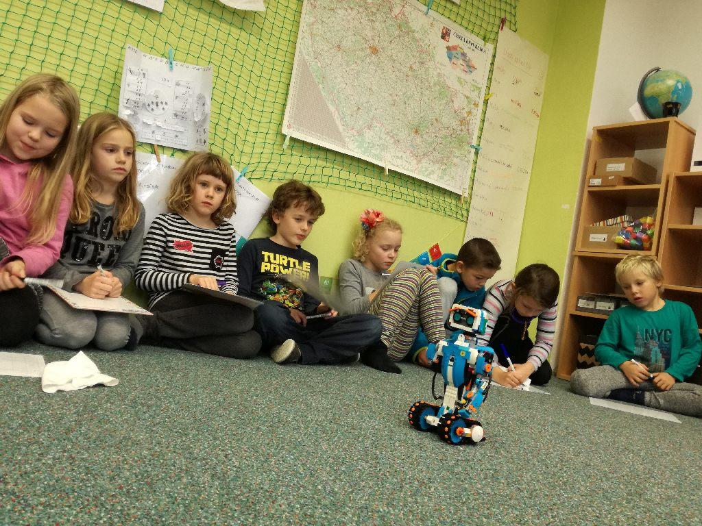 O kolik se robot posunul kroků? V Hejného matematice se rovnou počítá i se zápornými čísly.