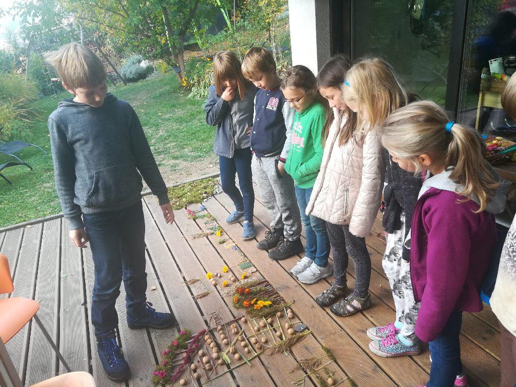 Domškoláci s přírodninami.
