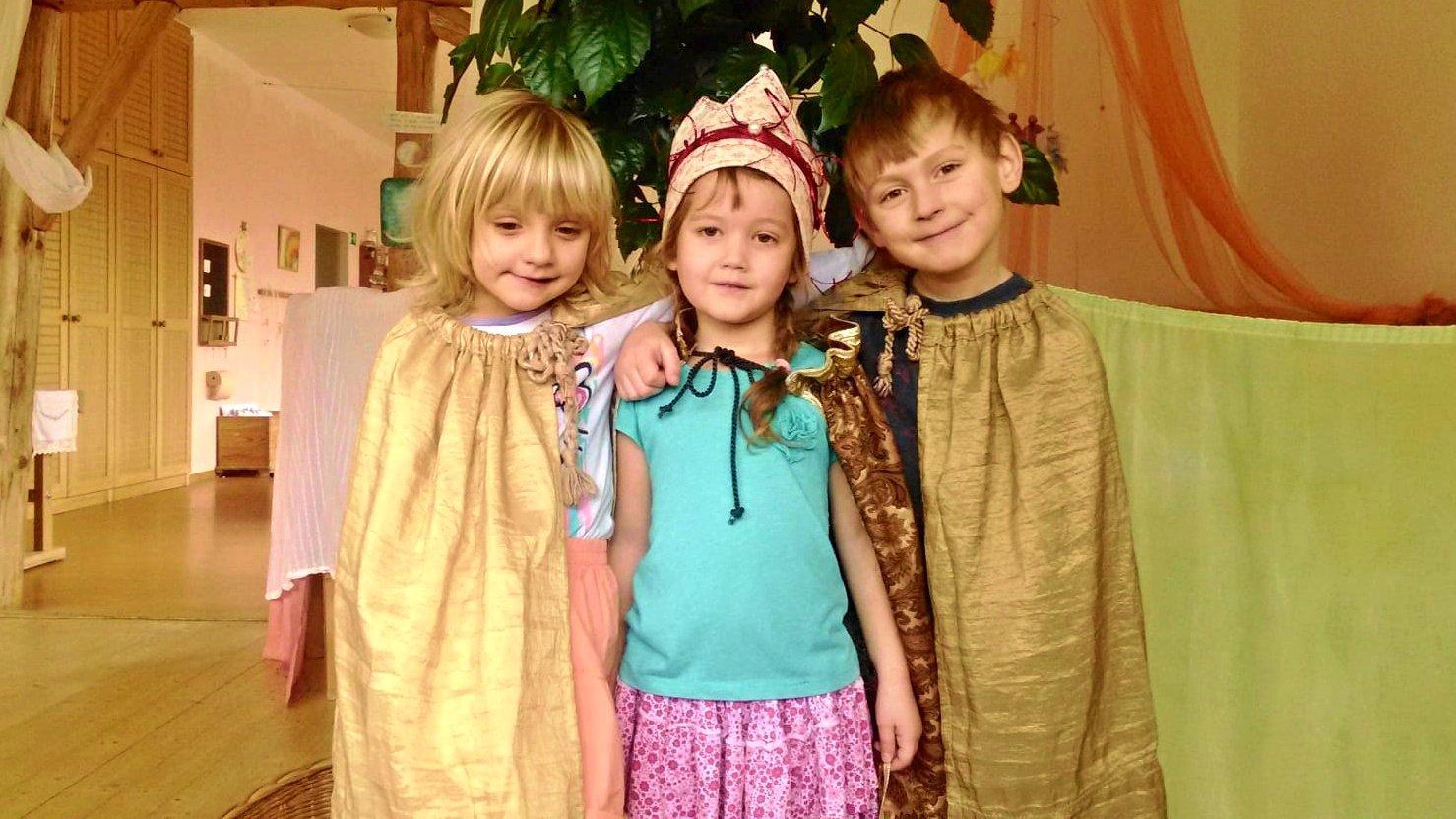 Královna se svými rádci Sofií a Jonášem