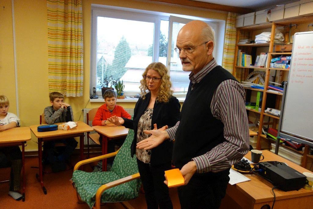 Adam Turner a jeho žena Alison, rovněž pedagožka, při návštěvě jedné pražské školy.