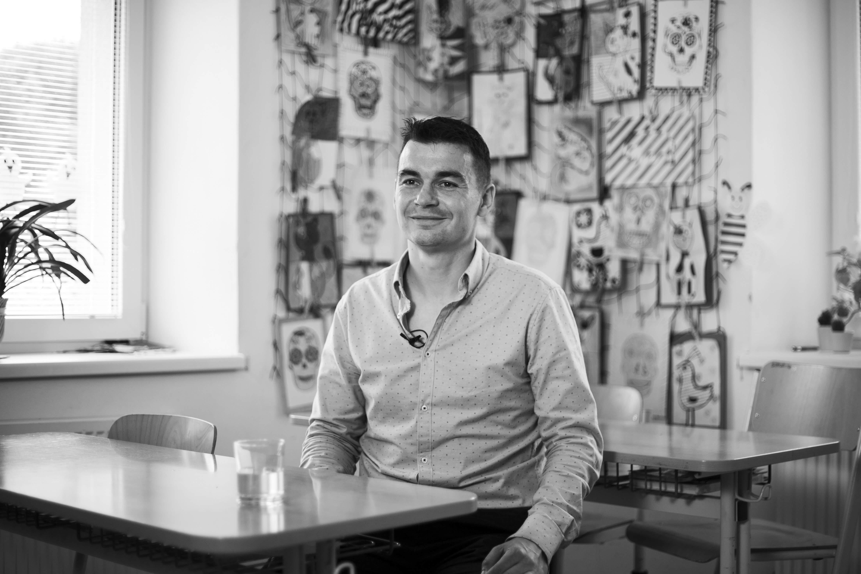 Tomáš Chrobák letos postoupil do finále světového kola učitelského ocenění Global Teacher Prize. Vybíralo se padesát učitelů z dvanácti tisíc.