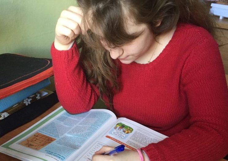 Maruška ve své domácí učebně