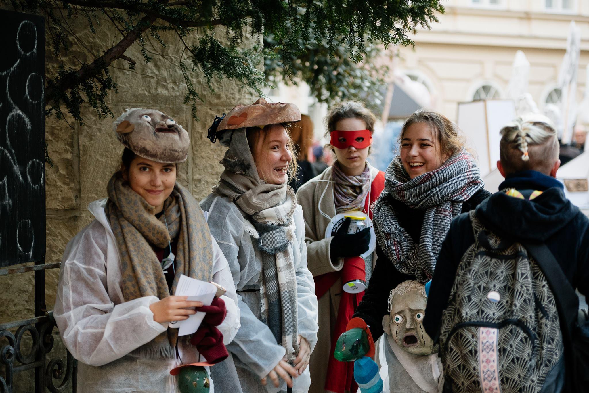 Loni si studenti pražského gymnázia Na Zatlance připomněli výročí 17.listopadu satirickým karnevalovým průvodem. Foto: Jan Hromádko