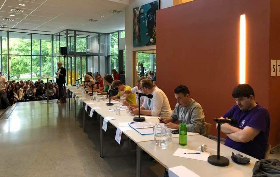 Škola slouží jako centrum života obce. V knihovně se například pořádají předvolební debaty.
