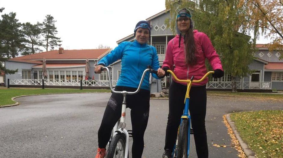 Když ve Finsku, tak na kole - i české učitelky. Tereza Bočanová vpravo.