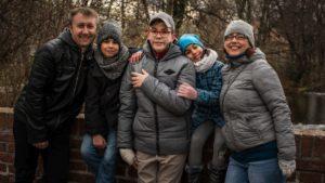 Daniel (na snímku uprostřed s celou rodinou) by chtěl studovat dopravu nebo logistiku. Jenže má taky pár poruch učení, a tak je velká neznámá, jak se popasuje spřijímačkami.