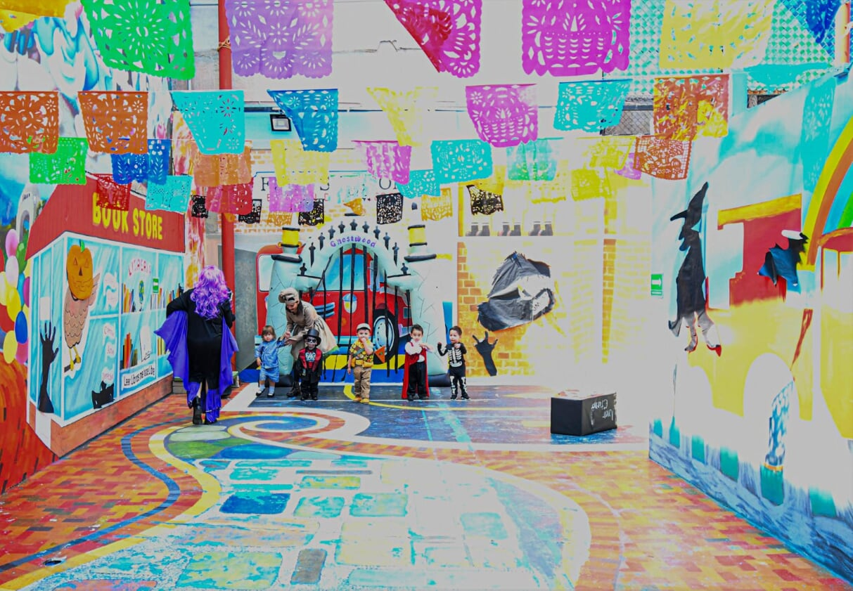 Dvorek na hraní hraje všemi barvami.