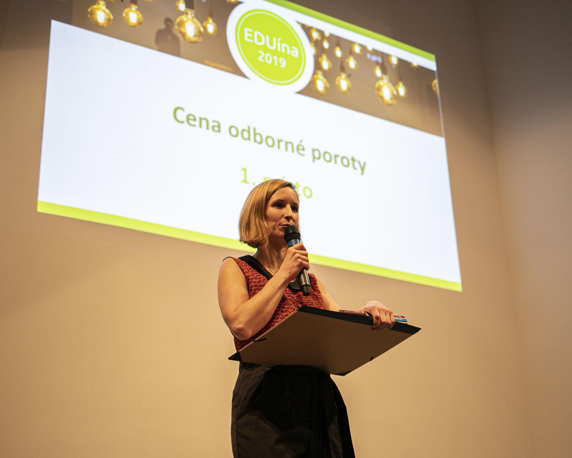 Veronika Endrštová přebírá cenu Eduína za inovace ve vzdělávání. Foto: Kateřina Lánská