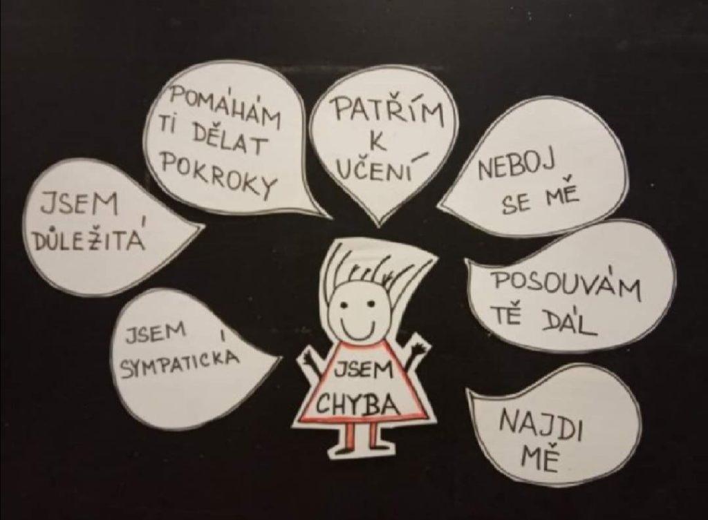 Učitelka Denisa Machoňová Tichá udělala pro své žáky nástěnku, která jim má pomoci přijmout vlastní chyby. Teď ještě, aby se s chybou skamarádili i učitelé. Nebo vlastně nejdřív.