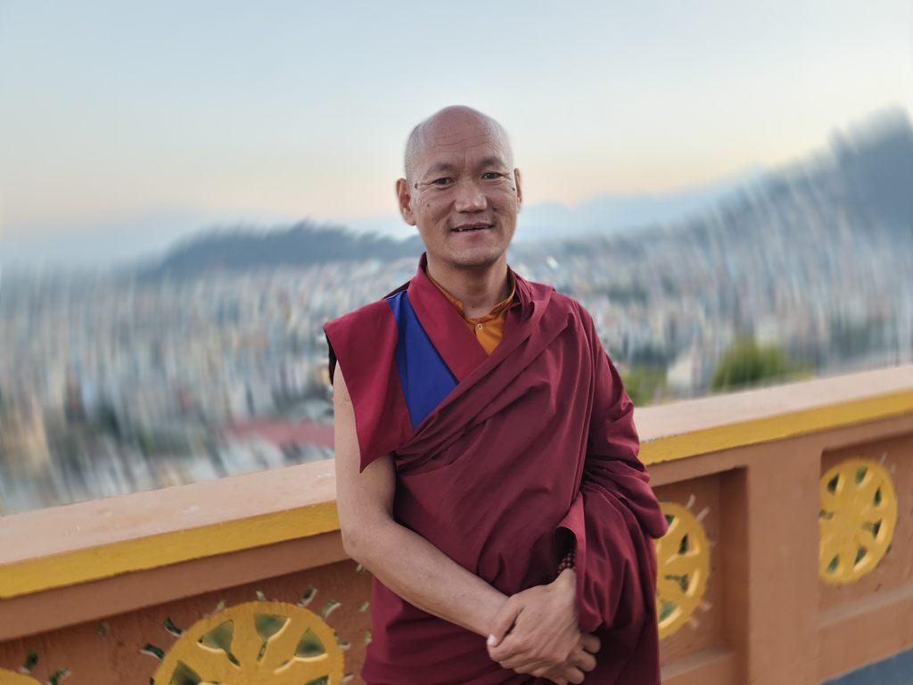 Geše Sonam Gurung: Mí rodiče si přáli, abych se stal mnichem. Obvykle je k tomu určen prostřední syn. V naší rodině byla nelehká situace a mniši u nás obecně požívají velký respekt a mají možnost získat vzdělání, a tak mi to nebylo proti mysli.