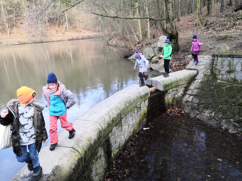 Děti ze skupiny Zoji Zlonické v ZŠ Kunratice tráví odpoledne v lese nebo v divoké zahradě. Foto: Lucie Kocurová
