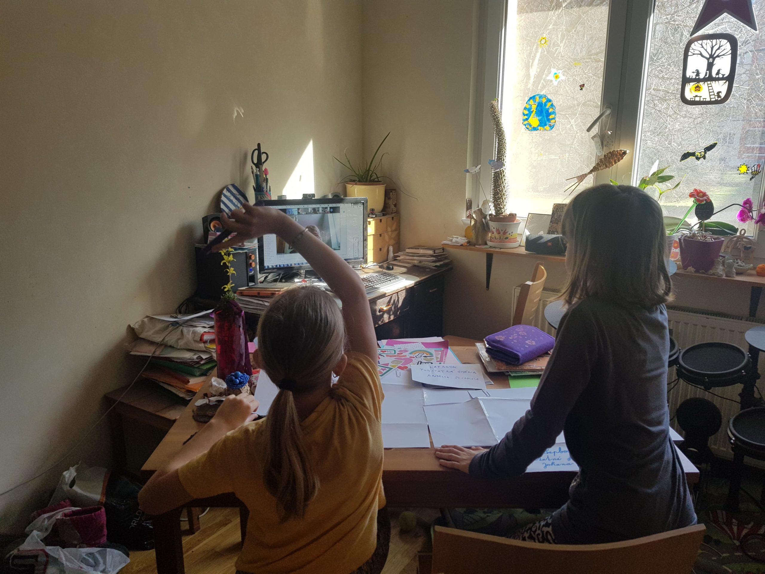 Dvojčata Johanka a Andělka ve škole na dálku.