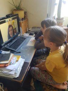 Půlhodinku týdně mají dvojčata paní učitelku samy pro sebe. Foto: Markéta Štindlová