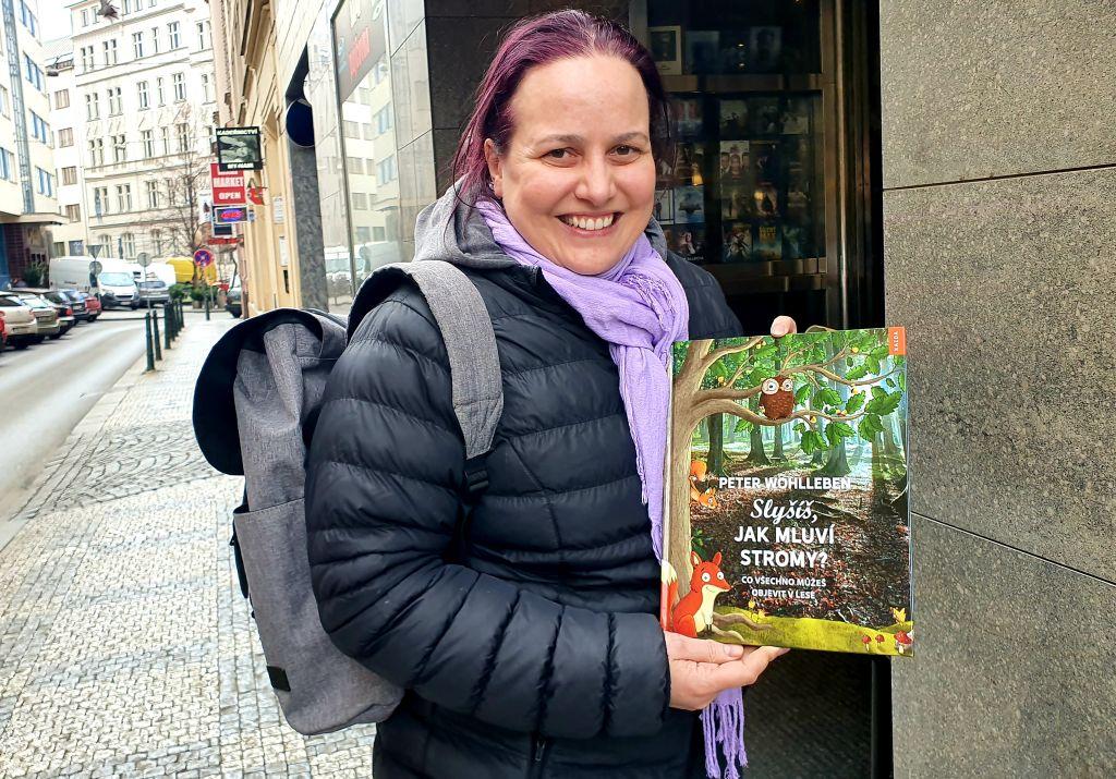 Mariana s knížkou, na kterou se těší. Foto Jitka Polanská, EDUin.