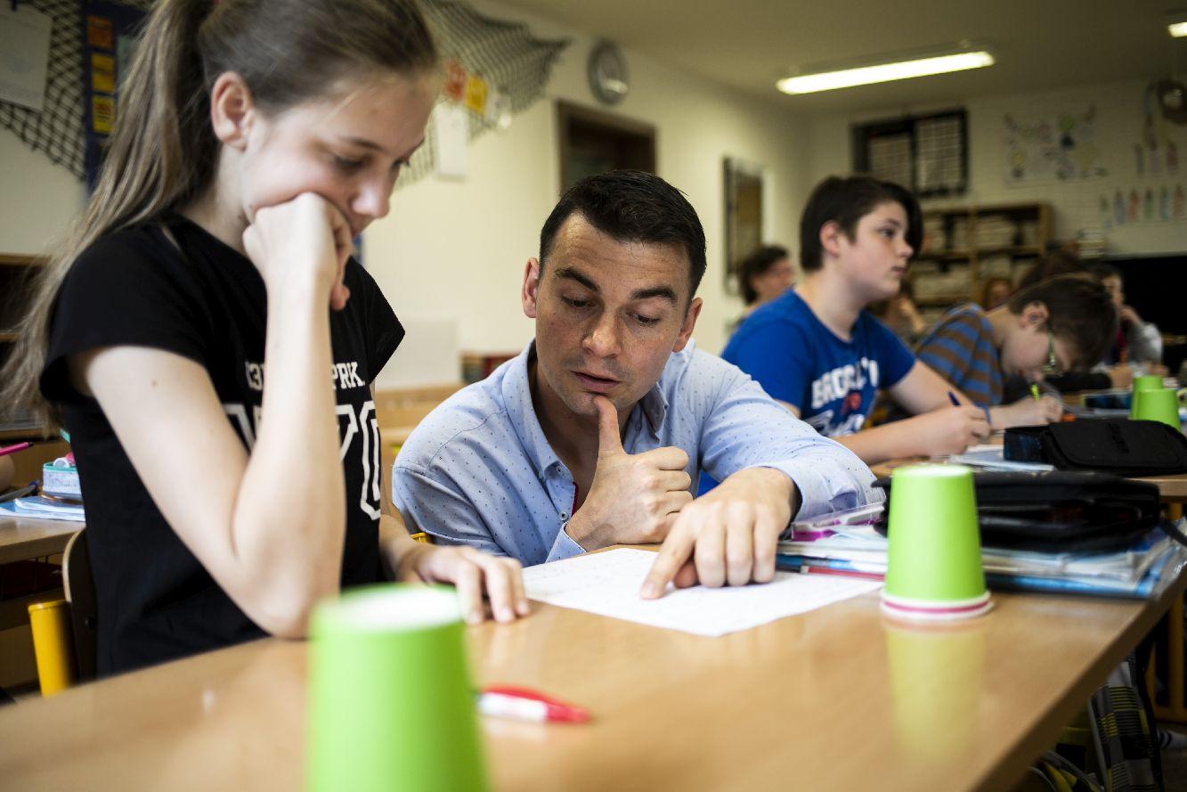 Tomáš Chrobák ve své třídě v Bašce. Foto Kateřina Lánská, EDUin.