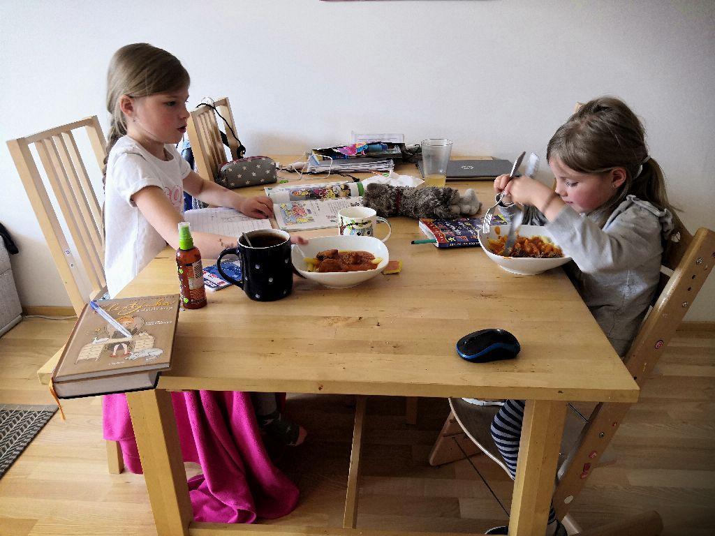 Život mnoha rodin se smrskl na jeden stůl. Foto: Lucie Kocurová