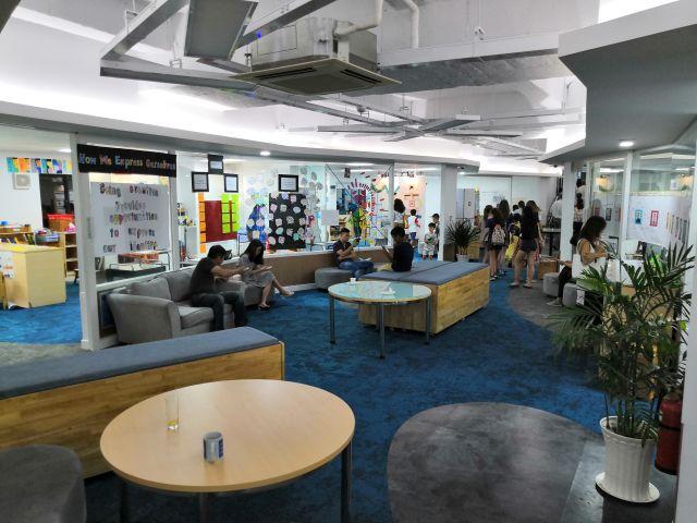 Takhle vypadá prostor, kde se učí čtvrťáci. Je to otevřené, propojené, uprostřed sdílené prostory a okolo jednotlivé třídy bez lavic i tabule.