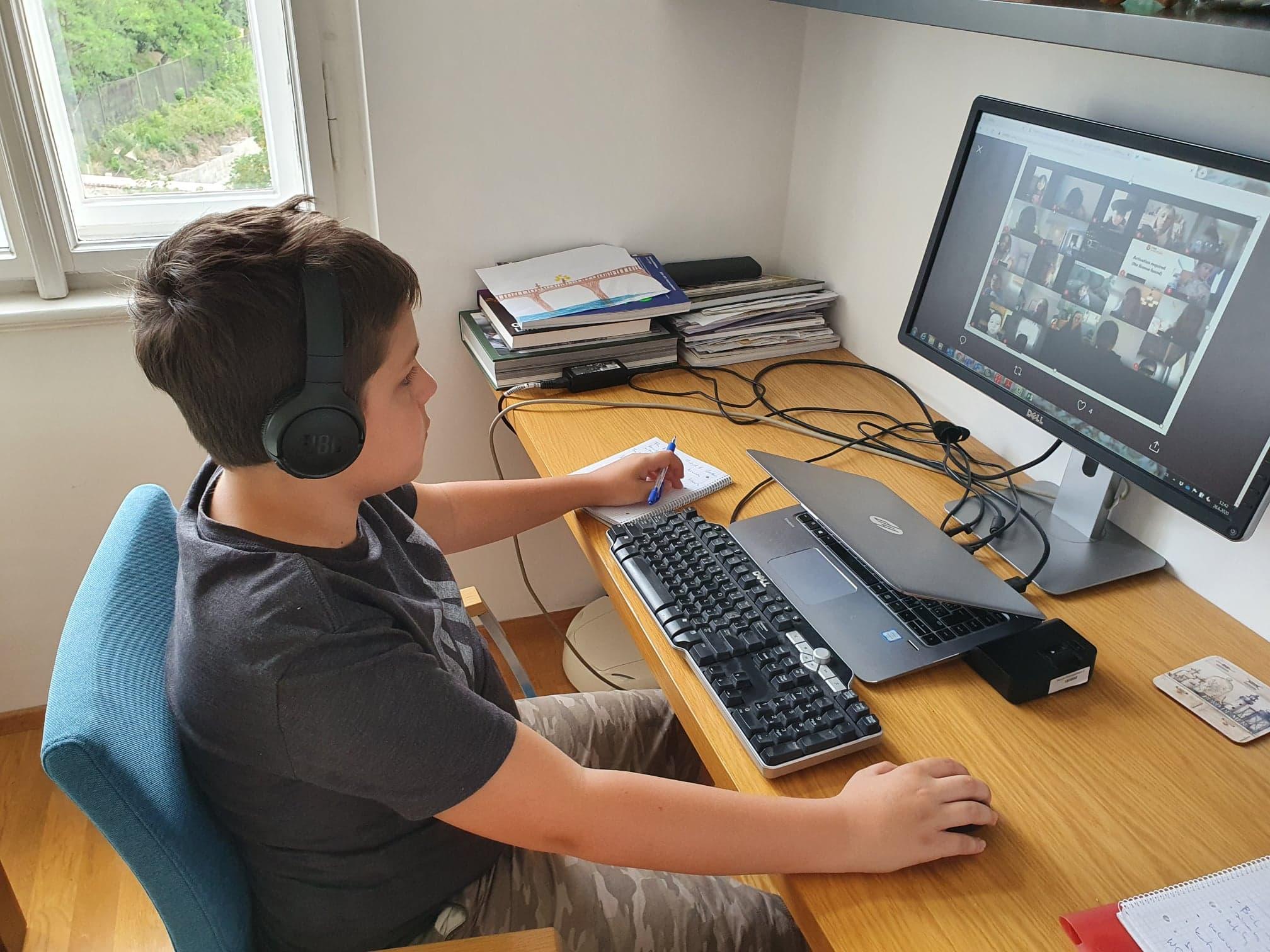 Syn David měl to štěstí, že se se spolužáky i učiteli vídal online, říká Pavlína Checcacci.