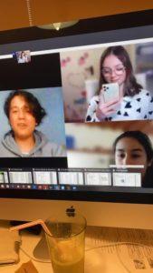 I z Pavlíny se na nějakou dobu stala online učitelka. Zde její žáci během hodiny angličtiny.
