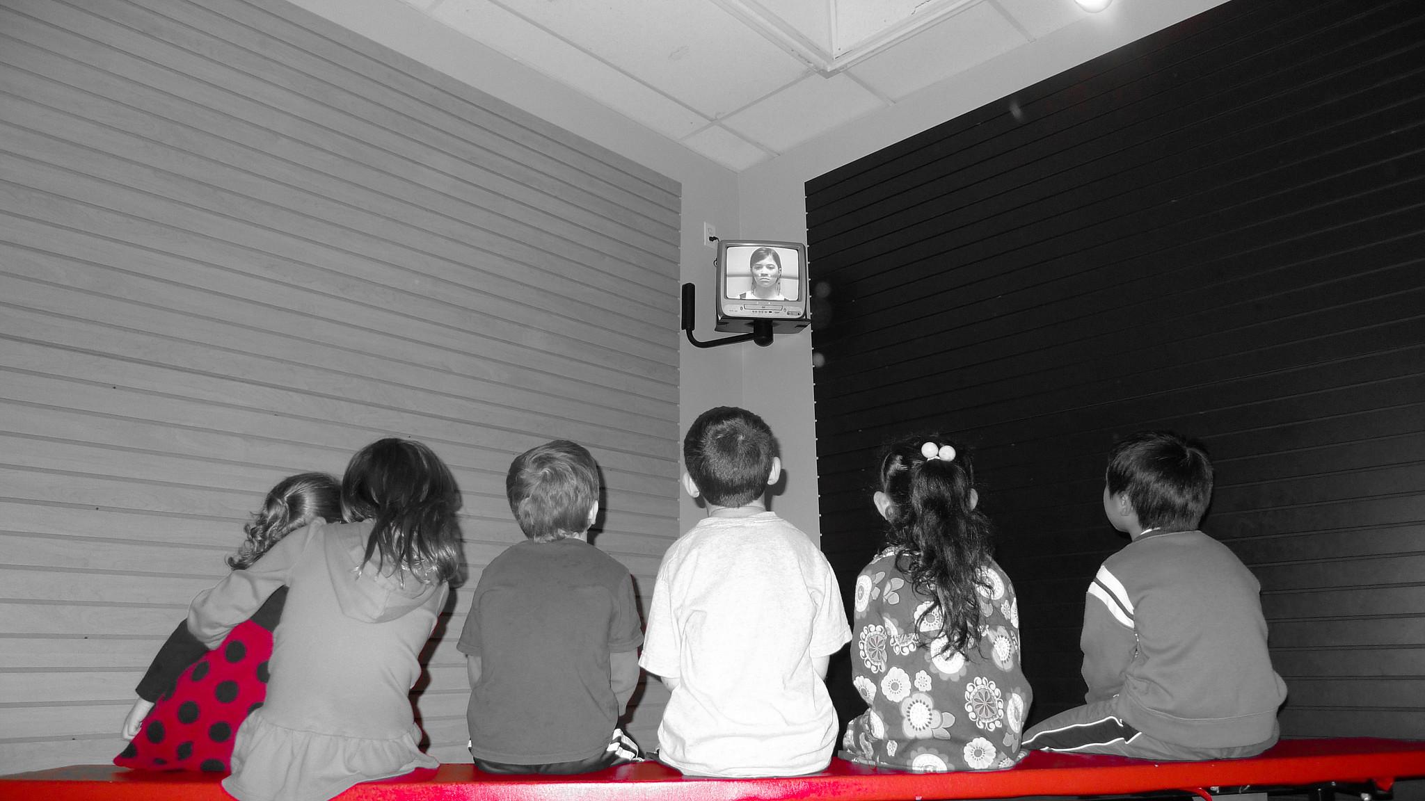 """Dnešní děti se setkávají s médii už v kočárku, škola jim bohužel moc nepomáhá, aby se v """"mediální džungli"""" lépe vyznaly."""