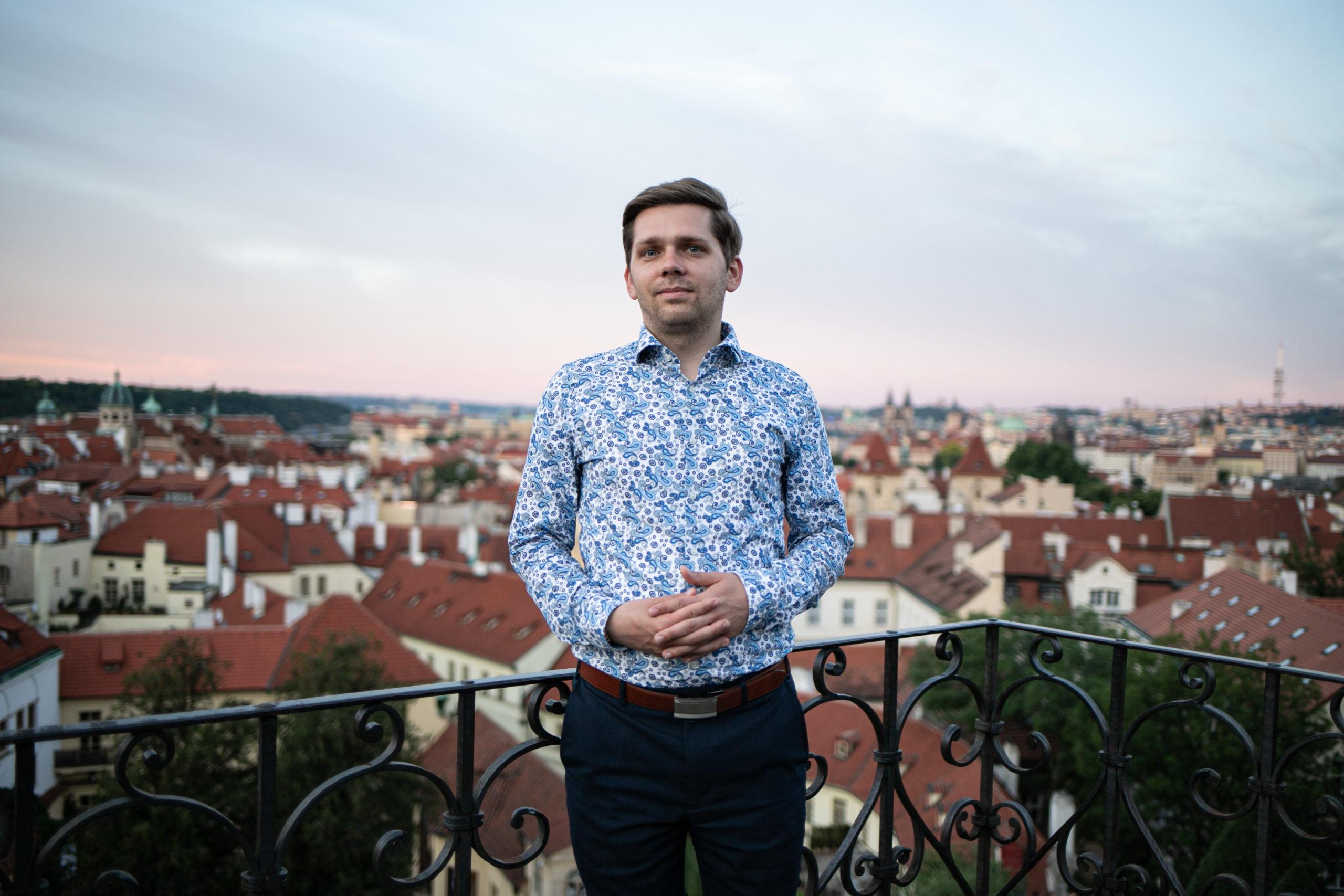 """Chvilku po vyhlášení vítězů na vyhlídce Vrtbovské zahrady v Praze na Malé Straně. """"Jsem z toho všeho ještě stále překvapený. Myslím, že to teprve budu muset v sobě zpracovat."""""""