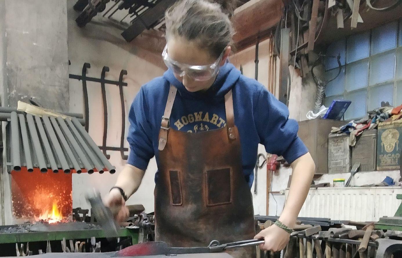 V kovárně jsem strávila asi čtyři hodiny, nejdřív jsem se jen učila kovat, na jiném materiálu, dělala jsem hřebíky a klínky. Druhou polovinu času jsem pak už kovala samotný nůž.