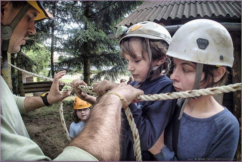 Nejdůležitější je mít o každém dítěti co nejvíc informací. A tím nemyslím papír z poradny, říká volnočasová pedagožka Bára Karpíšková. Na fotce vpravo.