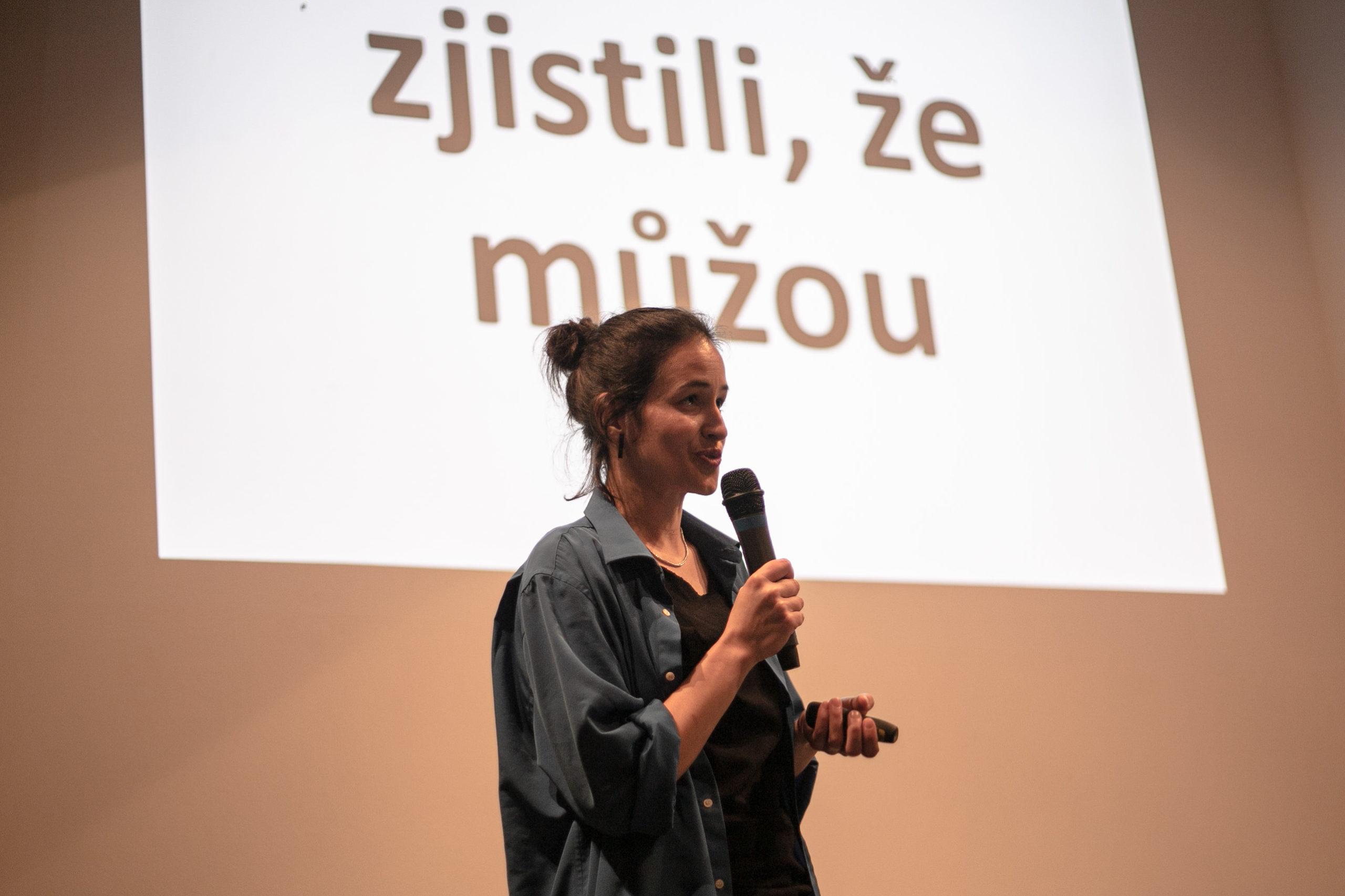 Kristýna Svatá z Variant Člověka v tísni o projektu Active Citizens, který loni také patřil mezi finalisty. FOTO: Kateřina Lánská.