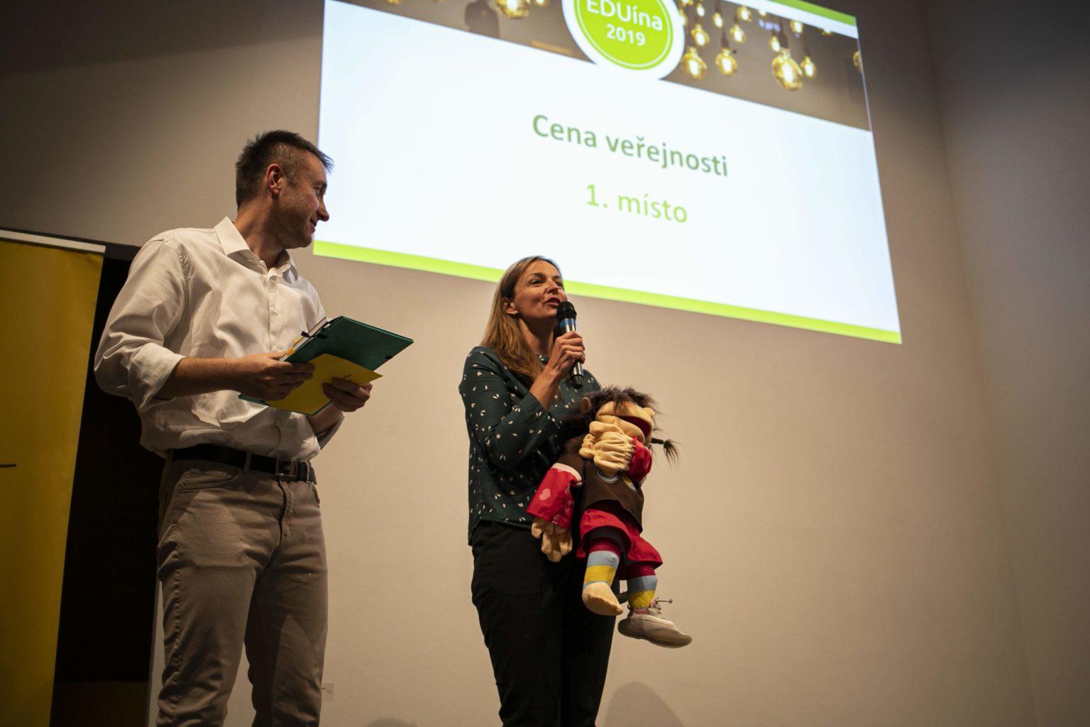 Dobrý začátek, dobré všechno. Schola Empirica přebírá Cenu veřejnosti. FOTO. Kateřina Lánská.