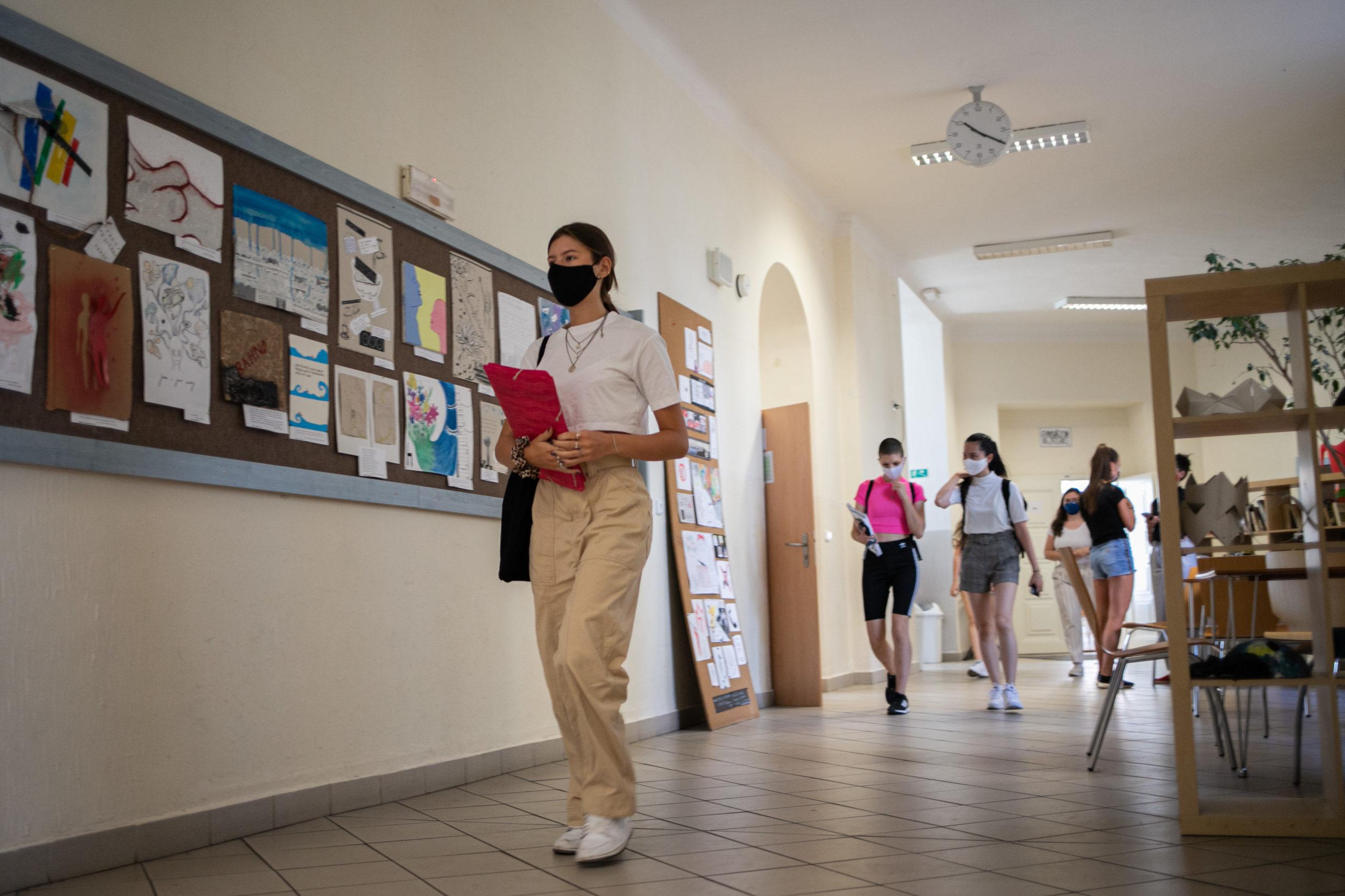 S rouškami ve třídách na druhém stupni kleslo riziko nákazy na 65 procent oproti době, kdy se nosily jen na chodbách.