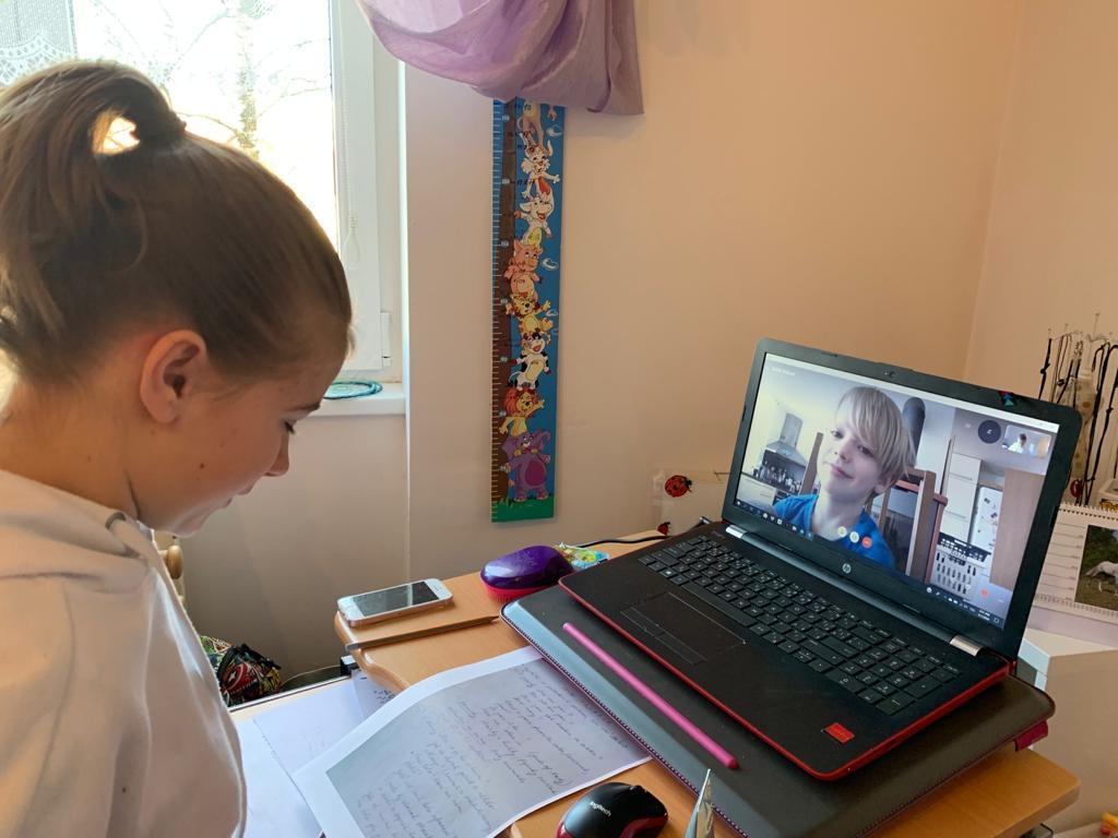 Buddies program musela škola přesunout do online prostředí. Takzvanými buddy se tak nově staly děti z druhého stupně. FOTO: Základní škola Smart