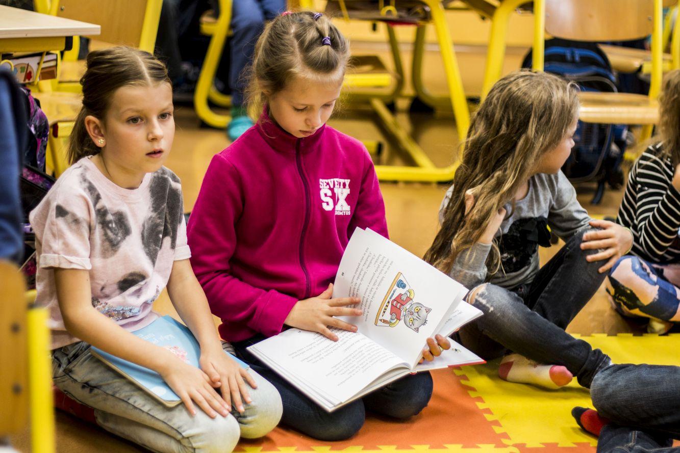 """""""Neexistuje žádný předpis, jak má spolupráce s dítětem začít a probíhat. Já se můžu jít podívat do hodiny nebo se za ním stavím v družině, """" vysvětluje Skalová. FOTO: Kateřina Lánská"""