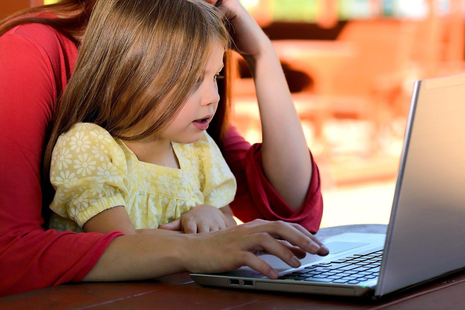 Na počátku pandemie mnozí rodiče uvolnili nastavená pravidla užívání digitálních technologií i proto, aby svým frustrovaným a neklidným dětem mohli nabídnout nějakou zábavu a rozptýlení.