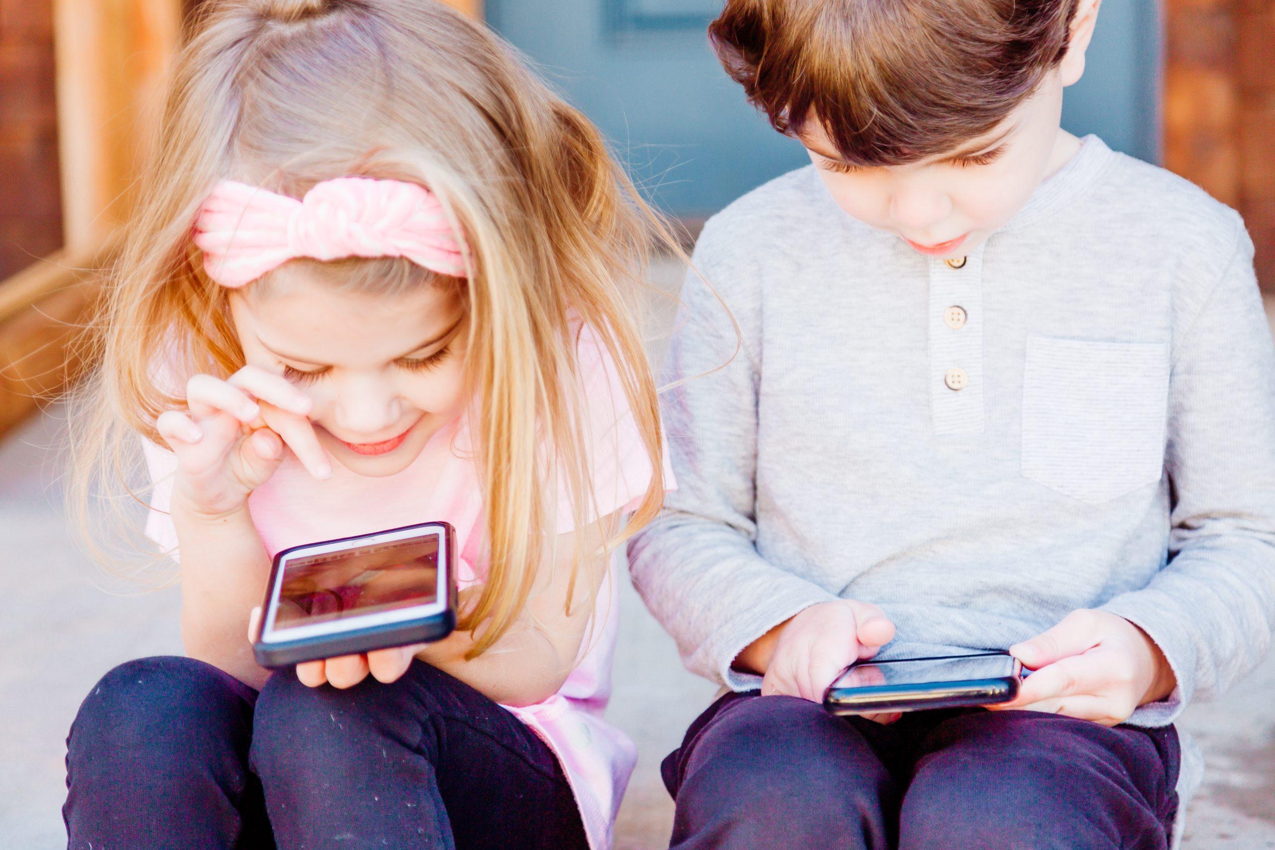 Někteří rodiče i odborníci se obávají dopadu online prostředí na schopnost běžně komunikovat a navazovat vztahy. David Šmahel z Masarykovy univerzity v Brně považuje za naprosto logické, že během lockdownu děti využívají online platformy k tomu, aby zůstaly v kontaktu s přáteli.