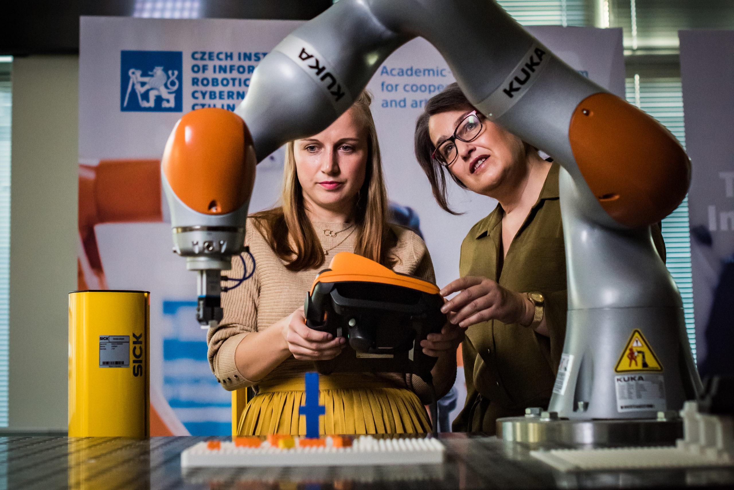 Štěpánka Baierlová (na snímku vpravo) se objevila v novém spotu české edice Global Teacher Prize se svou bývalou žákyní Jitkou Hodnou.
