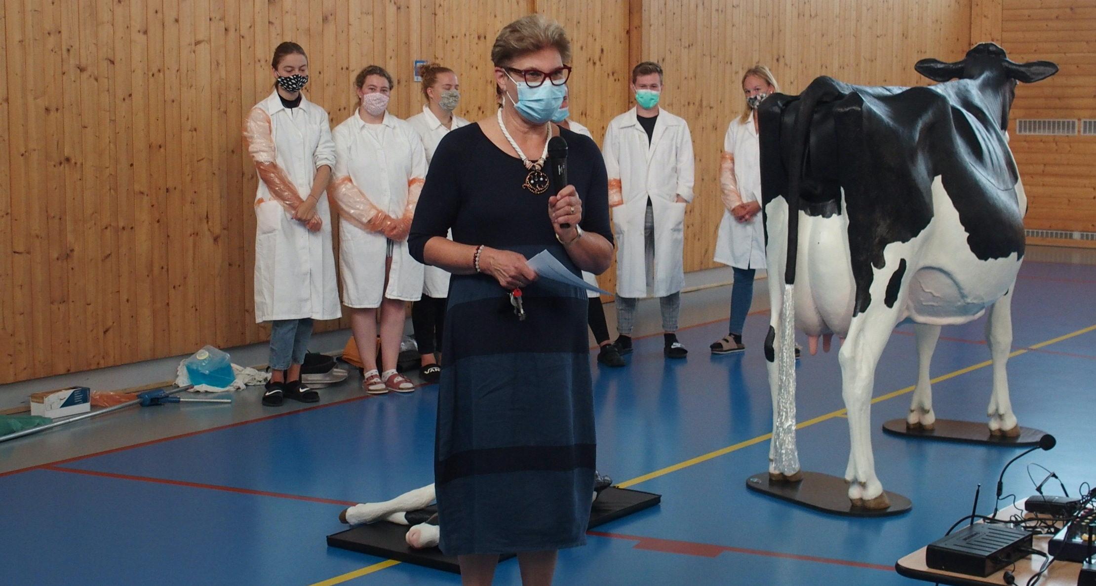 """""""Když se vrátí maturanti, můžeme už teorii jen opakovat, a vrhnout se do laboratoře a ke zvířatům. U dalších ročníků jsme pak připraveni rozjet akci prázdniny,"""" říká ředitelka školy Hana Rubáčková (na snímku)."""