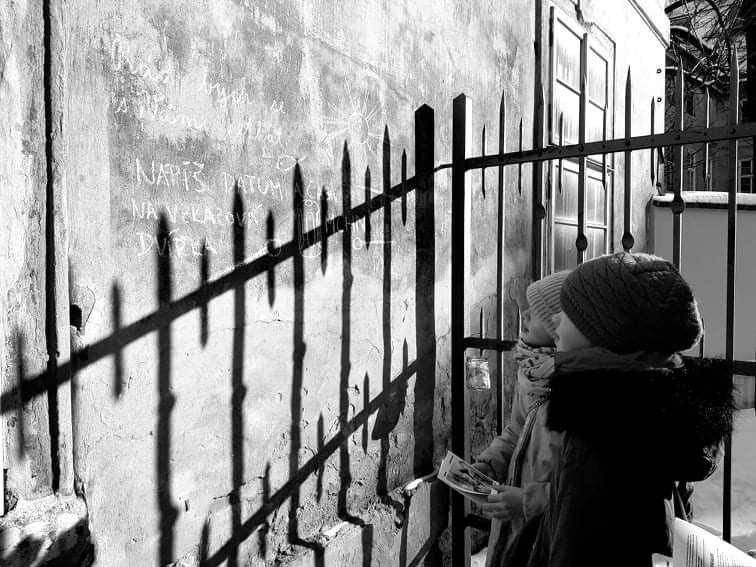 Hru v ulicích Prahy připravila Skautská nadace Jaroslava Foglara jako připomínku 80. výročí vydání Záhady hlavolamu, která vyšla poprvé v roce 1941.