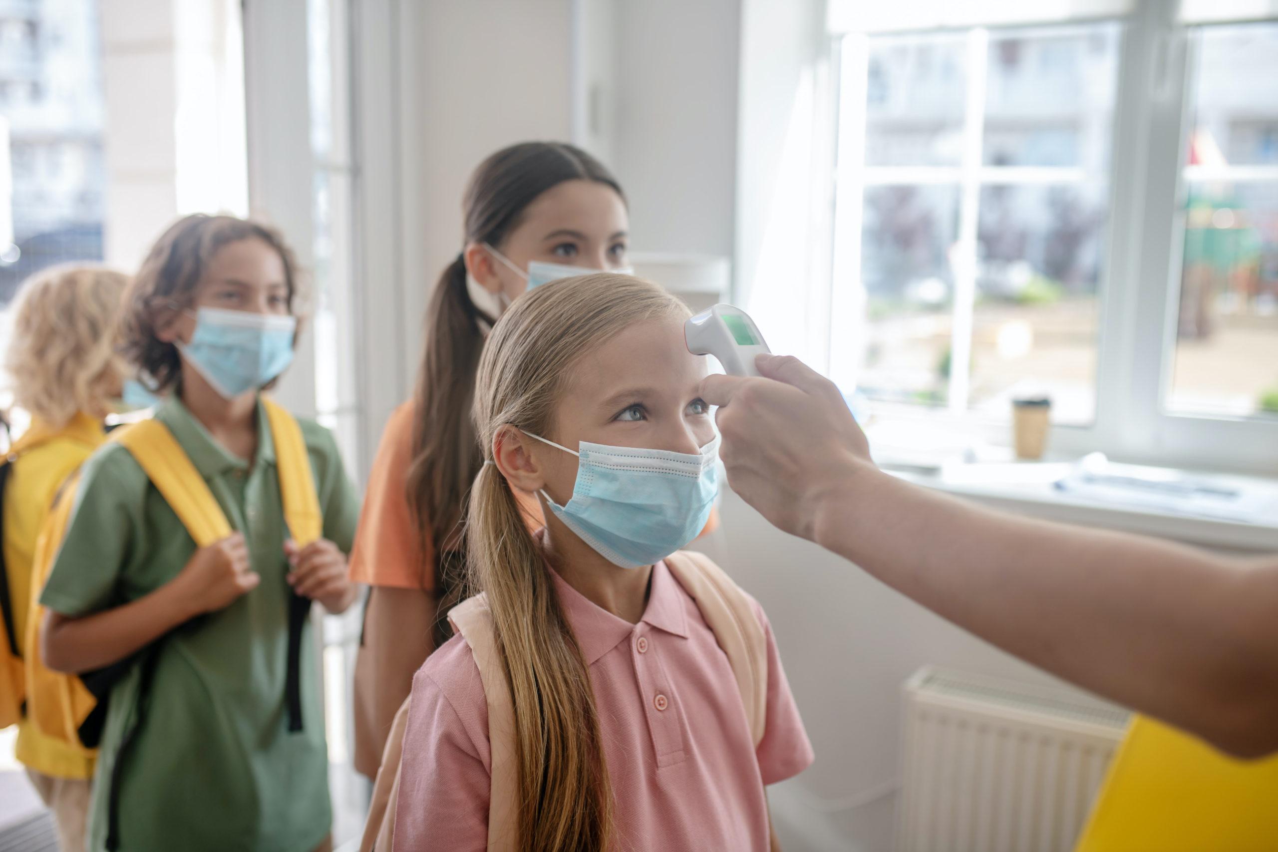 Antigenní testy mají asi dvaadevadesátiprocentní přesnost, navíc se vždycky může stát, že je někdo ráno negativní a nemoc mu propukne během dne. Jde ale o snížení pravděpodobnosti a všem nám to stojí za to, hlavně že děti můžou do školy, říká Ivana Indiková, která žije s rodinou ve Vídni.