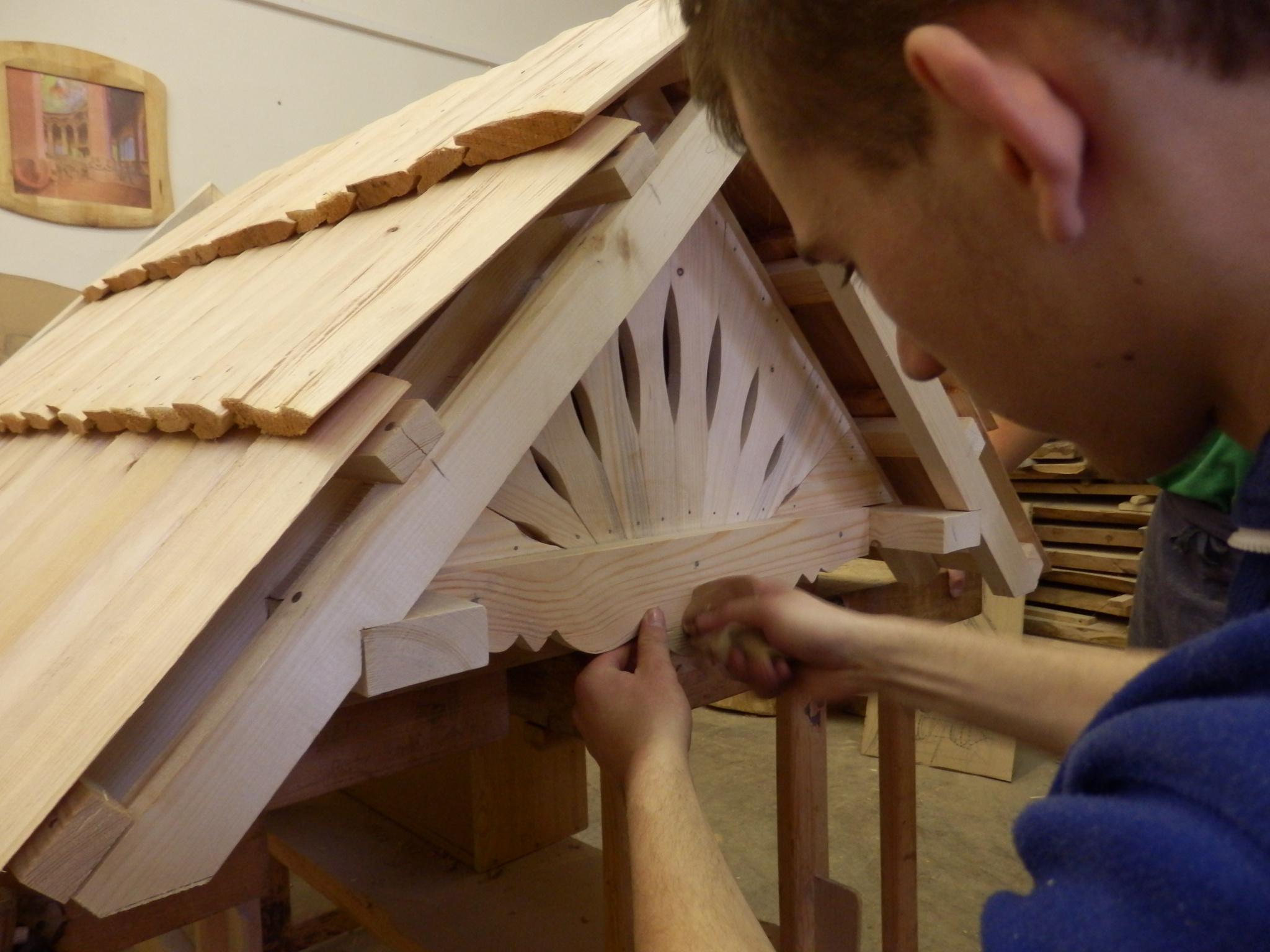 Výrobu šindelové střechy zvládnou učni waldorfského učiliště v Příbrami v prvním ročníku.