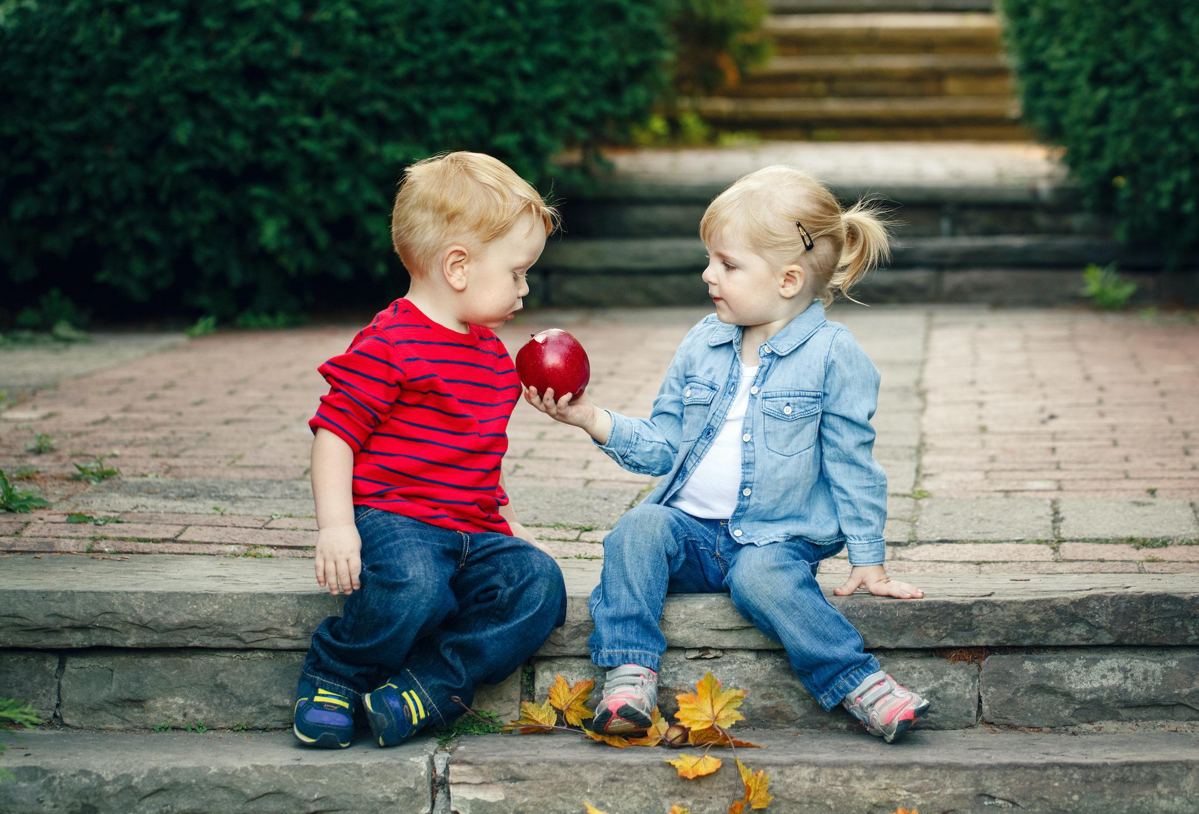 Dospělí často projevům náklonosti u předškoláků nebo menších školáků dávají větší význam, než v reálu mají. Hormony a tím i zamilovanost, jak ji znají dospělí, se totiž objevuje až vpubertě.