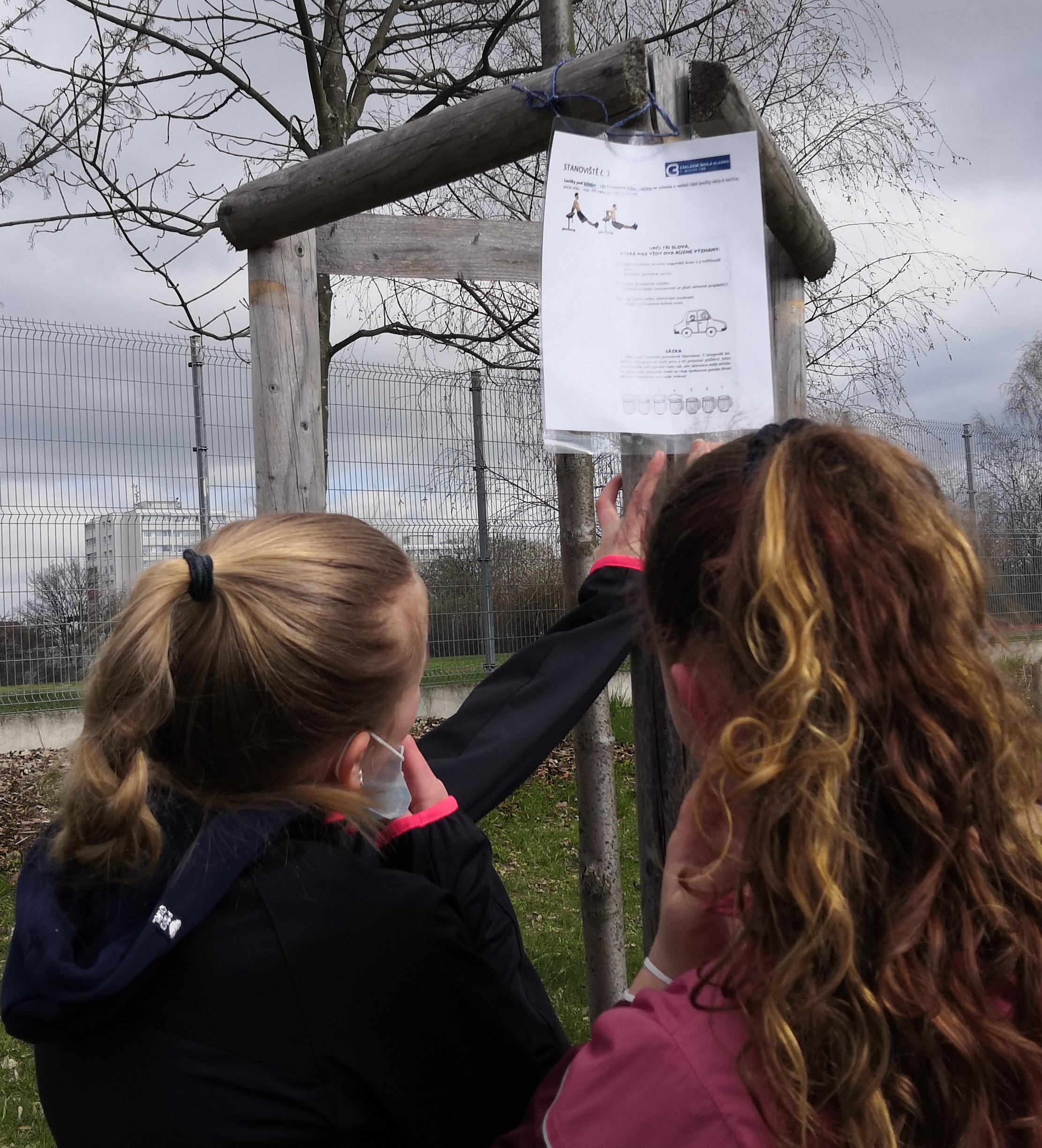 Anička a Simona vyrážejí obejít osmnáct stanovišť rozmístěných v parku v sousedství školy.