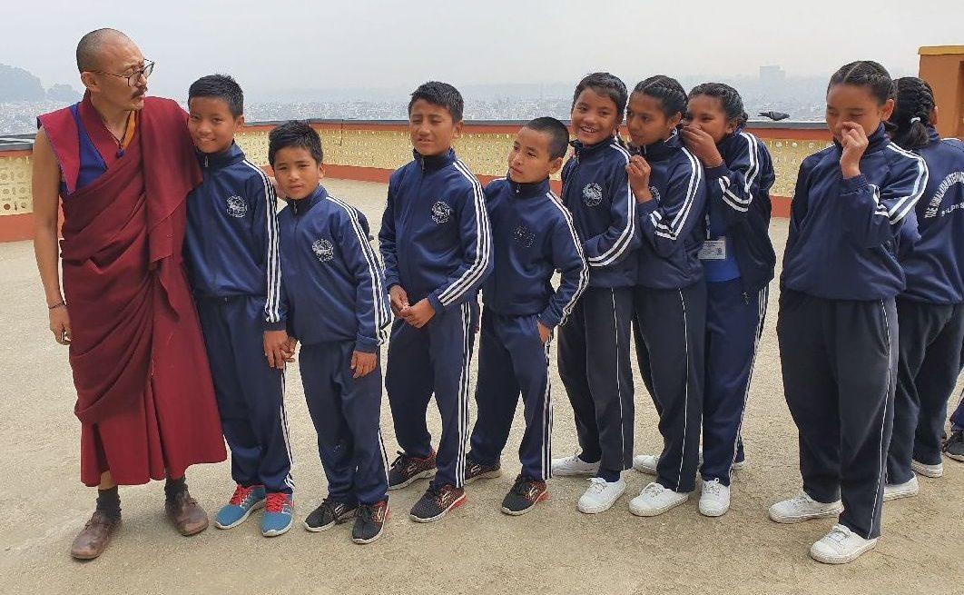 """Opat Tenpa Yungdrung a děti z TISE na návštěvě jeho kláštera: """"Ať už se vrátí, nebo ne, co jim škola předala, to jim zůstane."""""""