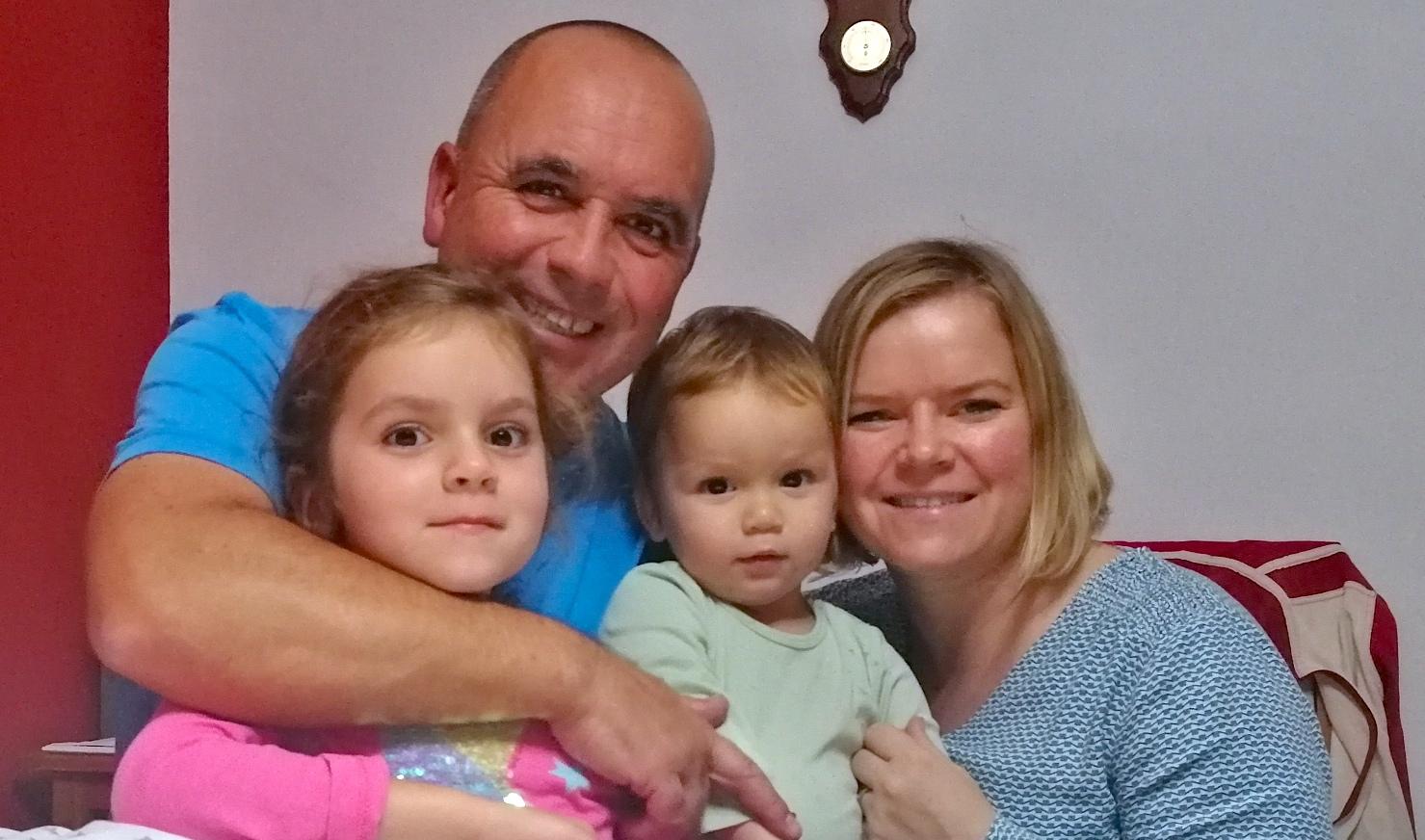 Portugalsko-česká rodina Fernandesových. Michaela Buzková přišla do Portugalska před patnácti lety. Srodinou nyní žije na samém jihu, vturistické oblasti Algarve a krásném městě Lagos.