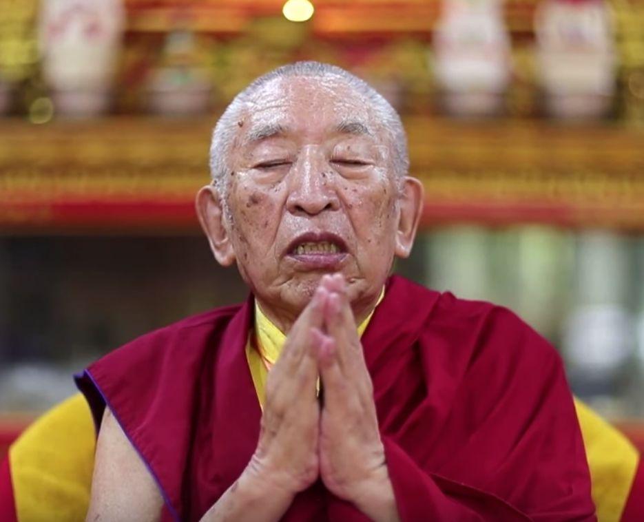 Zakladatel školy Thrangu Rinpočhe pochází z východní části Tibetu, odkud jako člen tibetské duchovní elity uprchl do Indie v roce 1959.