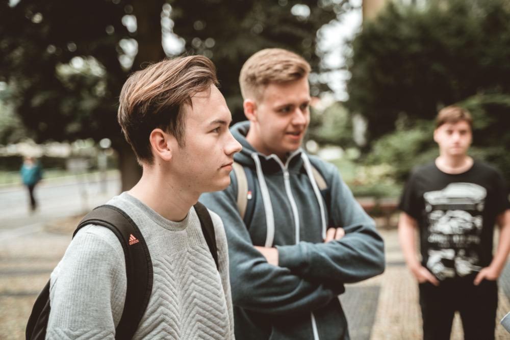 Filip (vpředu) a Štěpán se někdy dostávají do situace, kdy by se měli učit na maturitu, přitom ale mají na telefonu nějakou oběť šikany.