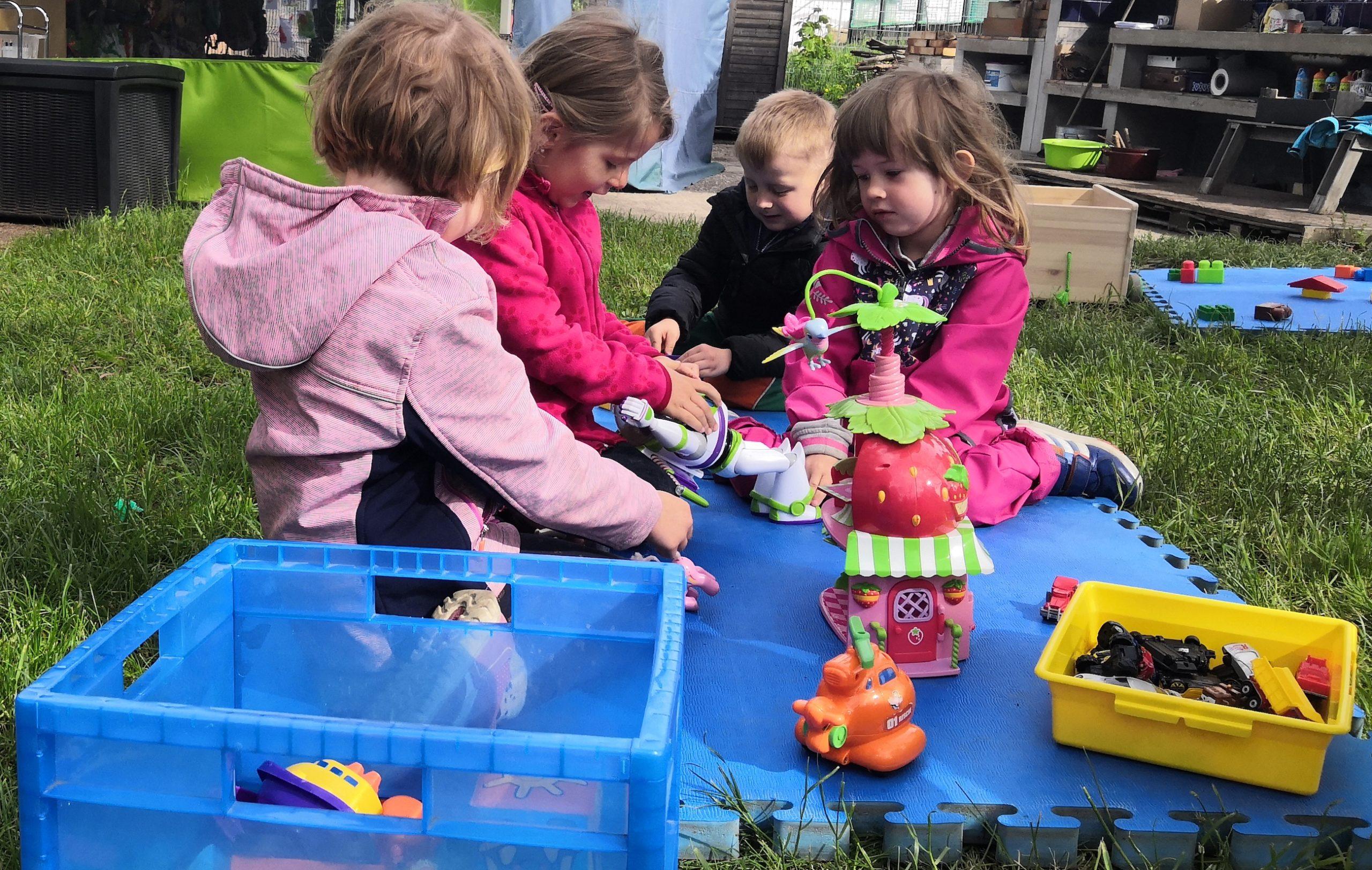 Centra předškolních dětí nabízejí řízenou činnost i volnou hru.