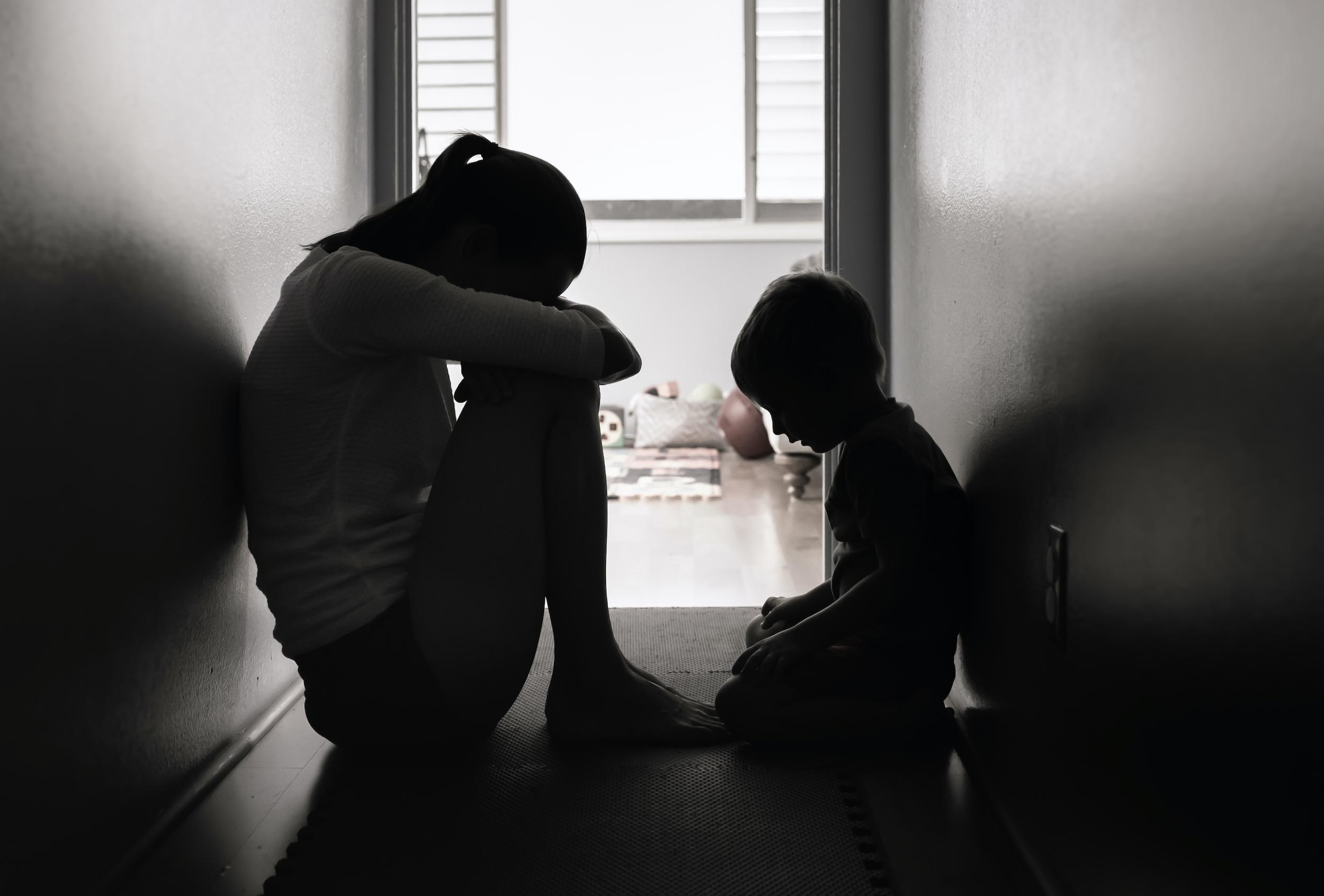 """""""Samozřejmě mám výčitky svědomí vůči dceři. Když mi je ouvej, chodí mě přikrývat, nosí mi čaj. Když se dám dohromady, tak na ní pozoruju velké napětí, které pak ventiluje obrovským záchvatem vzteku,"""" vypráví Dominika."""